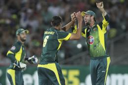 glenn maxwell with teammates glenn maxwell playing shot glenn maxwell 1801