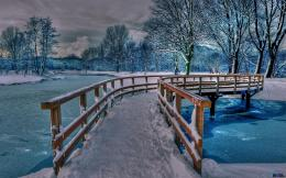 Download wallpaper Wooden bridge over the river: 610