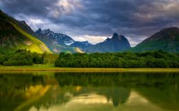 Attachment for Nature wallpapers – Green valley in the mountains 501