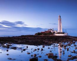 St Marys Lighthouse Reflected In Tidal Pool Hd Wallpaper | Wallpaper 1275