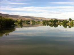 :Yakima River running through Prosser with the Horse Heaven Hills jpg 1911