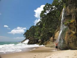 loving the Homunga Beach waterfall after a nice swin in the sea 453