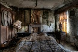 Stunning Pics Of An Abandoned Farmhouse Where The Bed Is Still Made 507