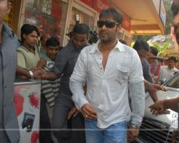 "Ajay Devgan opens ""London Dreams\"" Advance Booking Gaiety, Bandra 431"