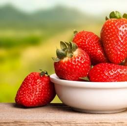 Fresh strawberries in a dish 493
