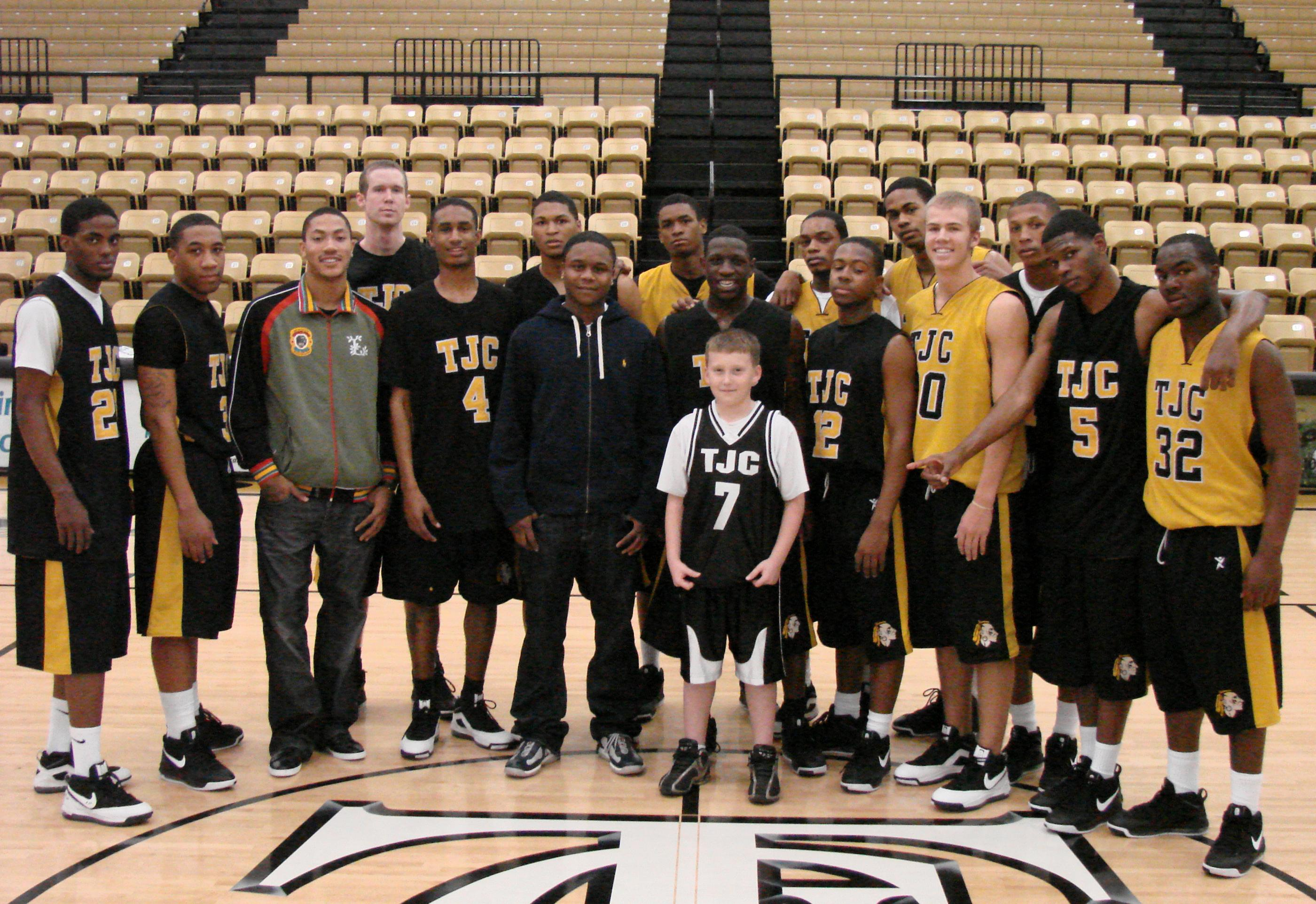 College AthleticsFormer Player Comes Back to Visit With Apaches 973