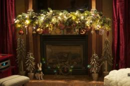 Decorating ideas for the mantel for Christmas | Garland and bulbs 1310