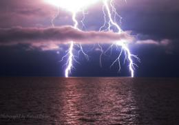 Welcome to the WONDERLAND: Awesome Pictures of Lightning Over Water 134