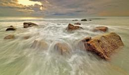Ocean waves flow off the rocks wallpaper 294