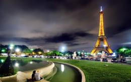 Cities Cute couple in night Paris 048966jpg 1518