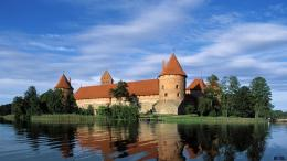 Download Wallpaper Trakai Island Castle, lake Galve, Lithuania1366 x 715