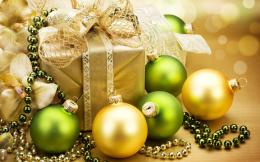 Green And Yellow Christmas DecorationsWallpaper #39057 567